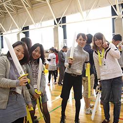 体育館で企業運動会に参加する女性たち