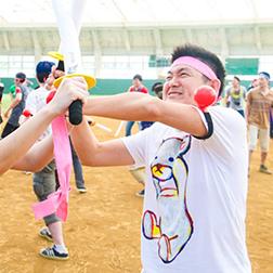 戦国運動会にて鉢巻をまいて戦う男性